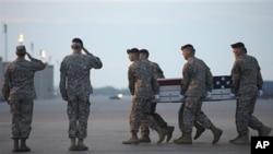 遇襲美國軍人遺體被送回國。