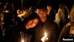 미국 서부 워싱턴주 매리스빌-필척 고등학교에서 지난 24일 발생한 총격 사건으로 3명이 사망한 가운데, 인근 교회에서 학생과 주민들이 희생자를 추모하는 촛불 집회가 열렸다.