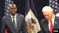 Prezidan ayisyen an, Jovenel Moise, agoch, ansanm ak Vis Prezidan ameriken an, Mike Pence, adwat, nan Miami, Florid, 15 jen 2017.