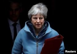 테레사 메이 영국 총리가 25일 런던 총리 관저에서 나오고 있다.