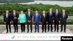 26일 일본 해안도시 이세시마에서 개막한 세계 주요 7개국 G7 정상회의에 참석한 정상들이 기념사진 촬영을 하고 있다.