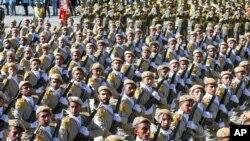 ایران فوج کے اہلکار پریڈ میں شریک ہیں (فائل فوٹو)