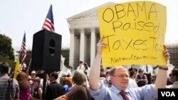 最高法院前反对医保法的示威人群 (美国之音常晓拍摄)