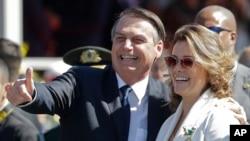 Jair Bolsonaro ao lado da jornalista Natuza Nery, na cerimónia que marcou o início da ditadura militar, em São Paulo, 18 de Abril 2019