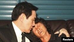 台灣總統馬英九(左)2013年5月12日前往屏東縣小琉球的一個於上個星期被菲律賓海岸警衛隊槍殺的台灣漁民洪石成的家中安慰受害者的遺孀
