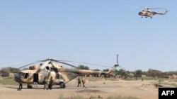 Des hélicoptères d'attaque Mi-8 apperçus dans Fotokol, Cameroun, après une opération dans les environs de Gamboru, Nigeria, le 1 février 2015.