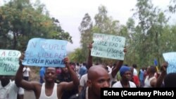 Des manifestants brandissent des affiches exigeant les élections, à l'université de Kinshasa, RDC, 18 octobre 2017.