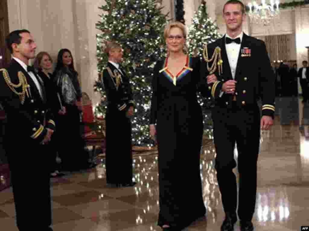 Diễn viên điện ảnh Meryl Streep, một trong những người nhận giải được hộ tống đến dự buổi tiếp tân tại Tòa Bạch Ốc sau lễ trao giải.