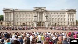 7月22日民众在伦敦白金汉宫外等候消息。