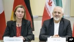 عکس آرشیوی از فدریکا موگرینی مسئول سیاست حارجی اتحادیه اروپا (چپ) و محمدجواد ظریف وزیر خارجه ایران در لوزان سوئیس - فروردین ۱۳۹۴