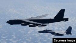 美国的B-52H轰炸机日本空中自卫队联合训练 - 资料照片