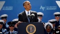 바락 오바마 미국 대통령이 2일 미 서부 콜로라도 주 콜로라도 스프링스에 위치한 공군사관학교 졸업식에서 연설하고 있다.