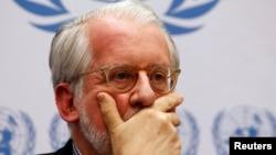 유엔 인권이사회의 시리아 전문가 패널의 파울로 세르지오 핀헤이로 위원장이 지난 3일 제네바에서 보고를 받고있다.