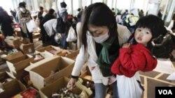 Seorang ibu dan anaknya di tempat penampungan pengungsi di Jepang.