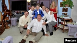 """Cuba's former President Fidel Castro (C, in blue jacket) and his wife Dalia Soto Del Valle (R) with the so-called """"Cuban Five"""" Ramon Labanino (C, front), Fernando Gonzalez (L), Gerardo Hernandez (2nd L), Antonio Guerrer (3rd R) and Rene Gonzalez (2nd R) in this picture provided by Cubadebate, Feb. 28, 2015."""