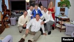 Fidel Castro aparece con su esposa Dalia Soto del Valle, Ramón Labañino, Fernando González, Gerardo Hernández, Antonio Guerrero y René González.