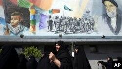 Mujeres iraníes condenan los ataques de saudíes a extremistas en Yemen en Teherán.