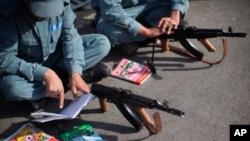 نصف نیرو های امنیتی افغان سواد نیاموخته اند.
