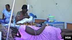 Mothers in a maternity unit in a Juba, South Sudan hospital (H. McNeish/VOA).