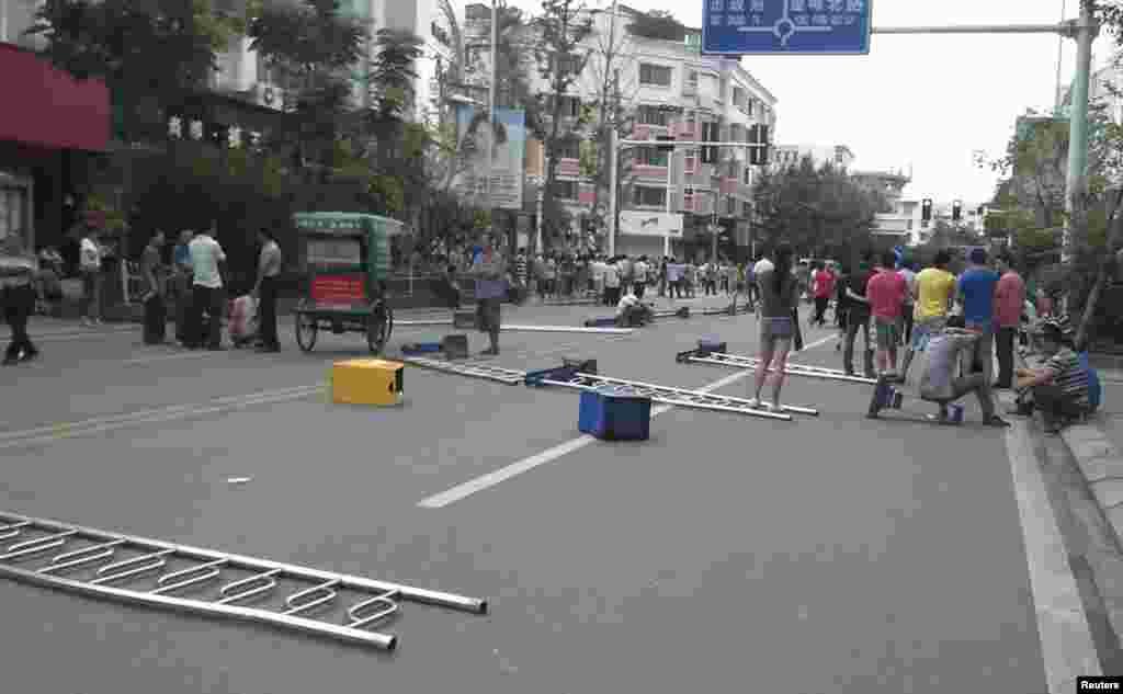 Дорогу заблоковано, щоб завадити руху поліцейських.