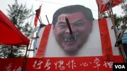 社民連維園攤位設置巨型梁振英長鼻子頭象,諷刺他經常說謊 (美國之音湯惠芸拍攝)