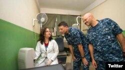 Médicos americanos e cubanos em Port-au-Prince (Foto: Embaixada dos Estados Unidos,Haiti)