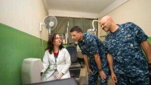 Médicos estadounidenses y cubanos trabajan juntos para ayudar a los haitianos en el hospital St. Luc's en Puerto Príncipe, Haití.
