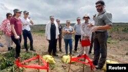 Thứ trưởng Ngoại giao Mỹ Rose Gottemoeller (giữa) đi thăm thực địa, gặp các đội rà phá bom mìn, vật liệu nổ do chiến tranh để lại tại tỉnh Quảng Trị, ngày 2/3/2015.