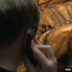 Pengunjung musium Galery Seni Nasional bisa menikmati karya-karya seni yang dipamerkan dengan mengikuti tur audio.