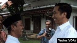 Presiden Joko Widodo (kanan) saat mengunjungi Pondok Pesantren di Solo, Sabtu siang, 4 April 2015 (Foto: VOA/Yudha)