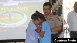 Ảnh minh họa - Một nạn nhân của nạn buôn bán người tái hợp cha mẹ ở Indonesia.
