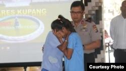 Salah satu korban perdagangan manusia (kanan) bertemu kembali dengan orangtuanya di Polda NTT, Kupang. (Foto ilustrasi/courtesy: Humas Polda NTT)