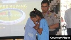 Anita Tsey, salah satu korban perdagangan manusia bertemu kembali dengan orangtuanya di Polda NTT. (Courtesy: Humas Polda NTT)
