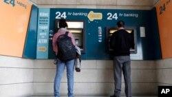 3月27日塞浦路斯的銀行仍然關閉﹐人們只能使用自動提款機。