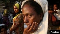 미얀마 락힌 주에서 로힝야족이 세계식량계획의 구호식량을 기다리고 있다. (자료사진)