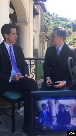 El presidente encargado, Juan Guaidó, en entrevista con la Voz de América.