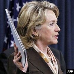Hilari Klinton drži dokument koji sadrži novu strategiju o korišćenju nuklearnog oružja na današnjem brifingu u Pentagonu
