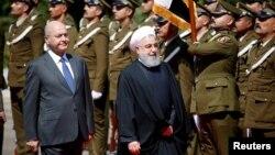 11일 이라크 바그다드를 방문한 하산 로하니 이란 대통령이 바르함 살리 이라크 대통령과 함께 의장대를 사열하고 있다.