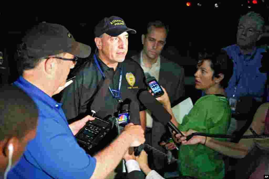 Le che de la police d'Auror, Daniel Oates, s'adressant à la presse (AP)