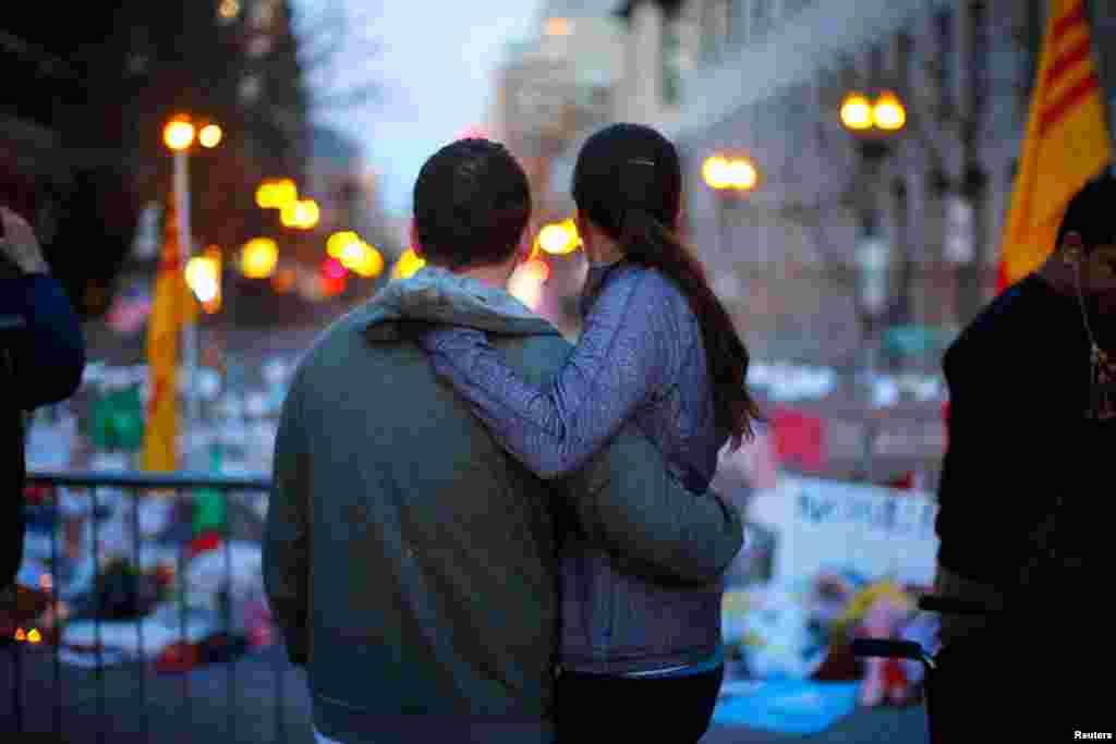Một cặp vợ chồng đứng tại nơi tưởng niệm các nạn nhân vụ đánh bom trên đường Boylston ở Boston, ngày 21/4/2013.