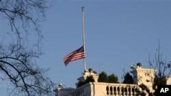Bendera Amerika di atas Gedung Putih dikibarkan setengah tiang untuk mengenang para korban penembakan di Sekolah Dasar Sandy Hook, Newtown, Connecticut (14/12).