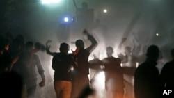 埃及选民周日在一辆防暴车前抗议,他们声称被阻止参加投票