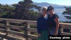 Debora Nainggolan (kanan) bersama Ibunya, L S Veronica Sinaga (dok: Debora Nainggolan)