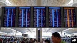 홍콩 국제공항 수속장 앞 현황판에 결항을 안내하는 문구가 표시되고 있다.