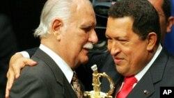Según el ex juez, José Vicente Rangel (en la foto con Chávez) dirige una organización criminal denominada Banda de Los Enanos.