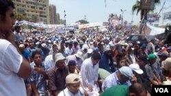 ພວກສະໜັບສະໜຸນທ່ານ Mohamed Morsi ປະທານາທິບໍດີ ທີ່ຖືກໂຄ່ນລົ້ມຂອງອີຈິບ ໂຮມຊຸມນຸມກັນ ຢູ່ນອກວັດ Rabaa al Adaweyeh (12 ກໍລະກົດ 2013)