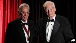 El expresidente de Brasil, Fernando Henrique Cardoso (izquierda), recibió el premio Kluge, otorgado por la Biblioteca del Congreso de EE.UU., de manos del bibliotecario, James H. Billington.