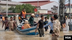 National Committee for Disaster personnel rescue people from floodwaters after heavy rainfall in Phnom Penh, Cambodia, October 15, 2020. (Malis Tum/VOA Khmer)