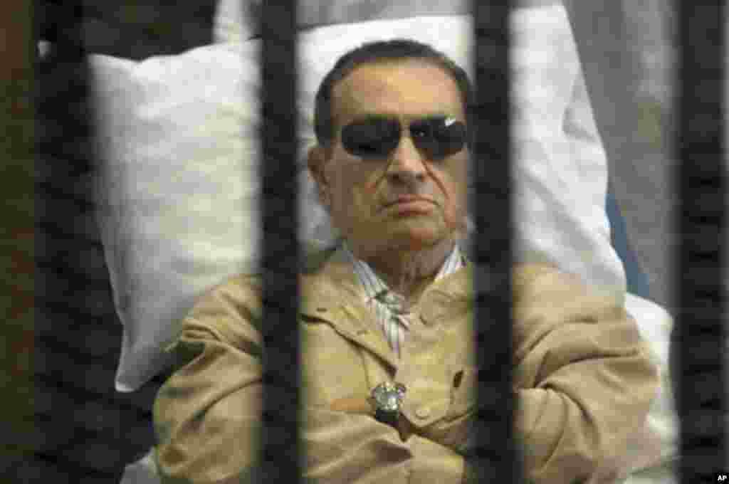 حسنی مبارک، رئیس جمهوری پیشین مصر، در حالی که به دلیل بیماری روی تخت بستری بود برای محاکمه در دادگاه حضور یافت. وی در حفاظی آهنی به دادگاه برده شد - دوازدهم خرداد ۱۳۹۱