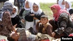 Beberapa tawanan dari 216 orang Yazidi yang dibebaskan kelompok militan ISIS menunggu di Kirkuk, Rabu (8/4).